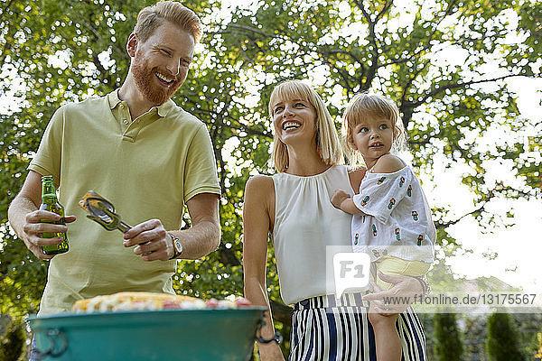 Glückliche Familie beim Grillen im Garten