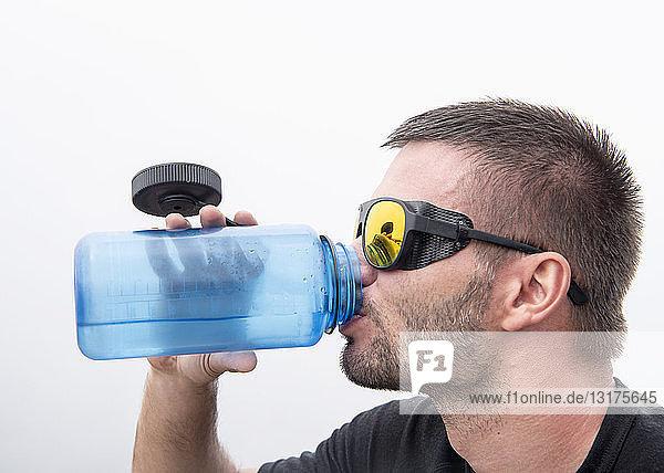 Sportler mit Schneebrille Trinkwasser