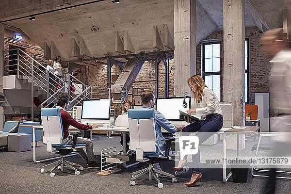 Menschen  die in einem großen modernen Büro arbeiten