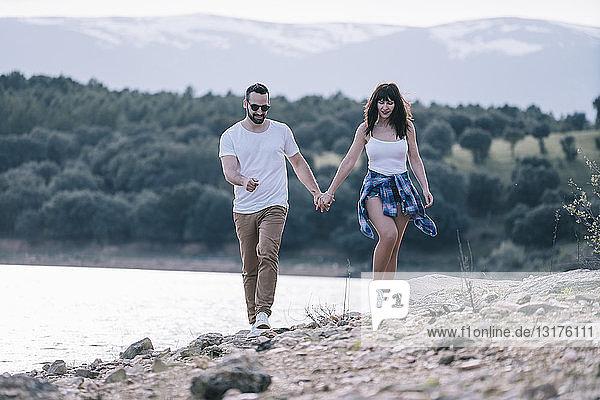 Verliebtes Paar geht Hand in Hand in der Natur