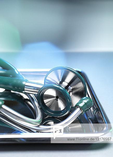 Chirurgische Instrumente  Stethoskop in einer Schale