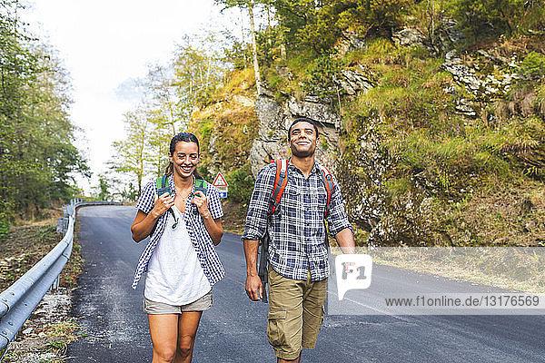 Italien  Massa  lächelndes junges Paar auf Asphaltstrasse in den Alpi Apuane