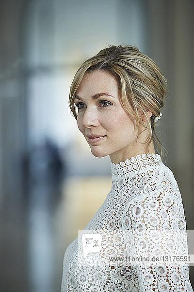 Porträt einer blonden Braut  lächelnd