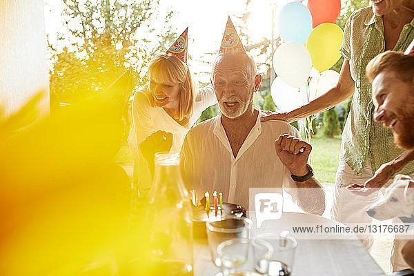 Glückliche Familie auf einer Gartengeburtstagsfeier Glückliche Familie auf einer Gartengeburtstagsfeier