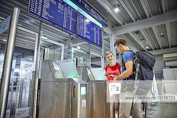 Ehepaar beim Passieren der Sicherheitsschleuse am Flughafen