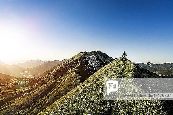 Deutschland  Allgäuer Alpen  Frau läuft auf Bergrücken