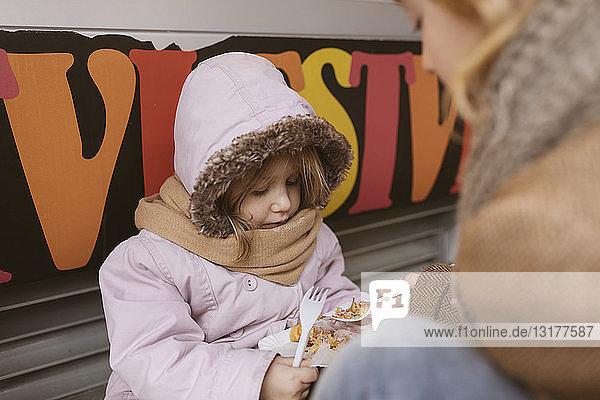 Belgien  kleines Mädchen teilt im Winter mit ihrem Bruder belgische Waffeln