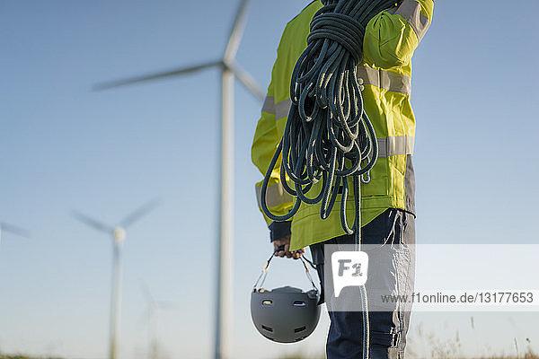 Nahaufnahme eines Technikers in einem Windpark mit Kletterausrüstung