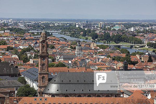 Deutschland  Baden-Württemberg  Heidelberg  Neckar  Stadtansicht mit Kirche des Heiligen Geistes
