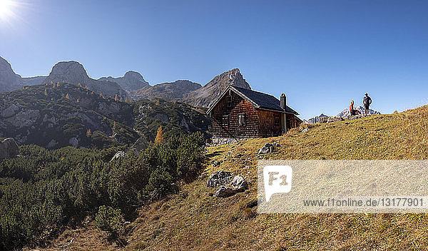 Deutschland  Bayern  Oberbayern  Berchtesgadener Land  Nationalpark Berchtesgaden  Ehepaar auf Berghütte