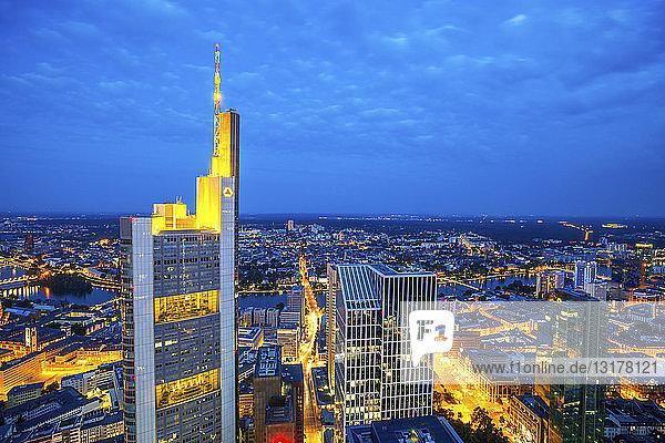 Deutschland  Hessen  Frankfurt  Blick auf den Commerzbank-Turm  Stadtansicht  Blaue Stunde