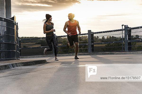Junges Paar joggt morgens