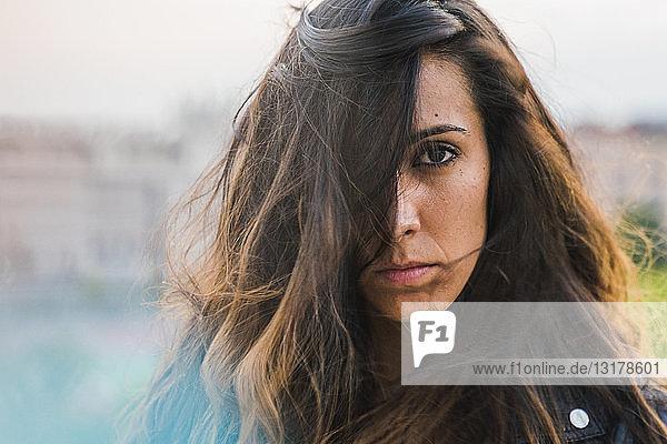 Bildnis einer schönen jungen Frau mit langen braunen Haaren
