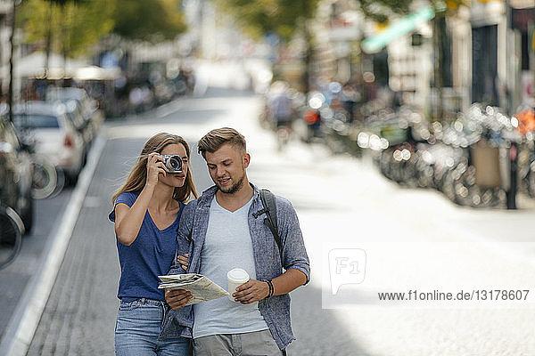 Niederlande  Maastricht  junges Paar erkundet die Stadt und macht Fotos