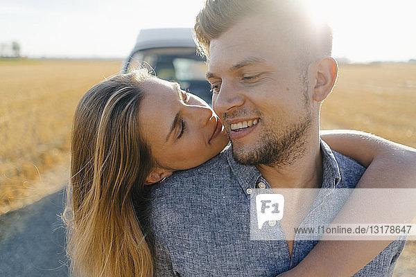 Zärtliches junges Paar im Wohnmobil in ländlicher Landschaft