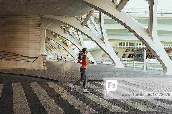 Spanien  Valencia  Frau läuft in Ciudad de las Artes y de Las Ciencias
