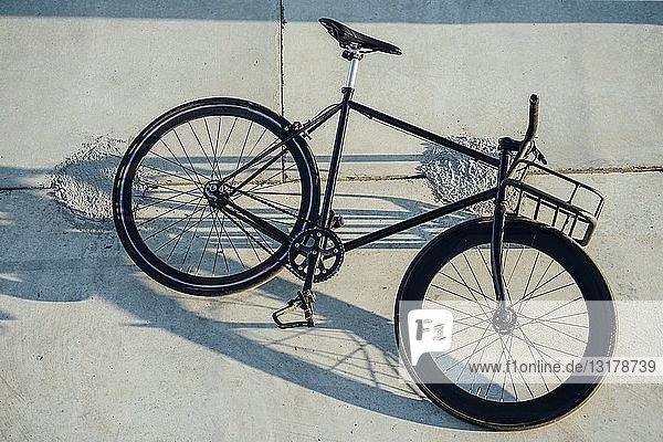 Maßgeschneidertes Pendler-Fixie-Fahrrad an Betonmauer