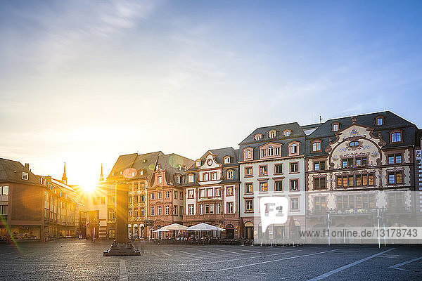 Deutschland  Rheinland-Pfalz  Mainz  Altstadt  Domplatz gegen die Sonne