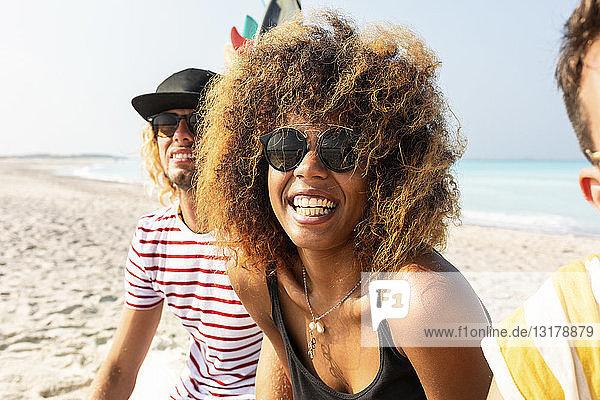 Eine Gruppe von Freunden amüsiert sich am Strand