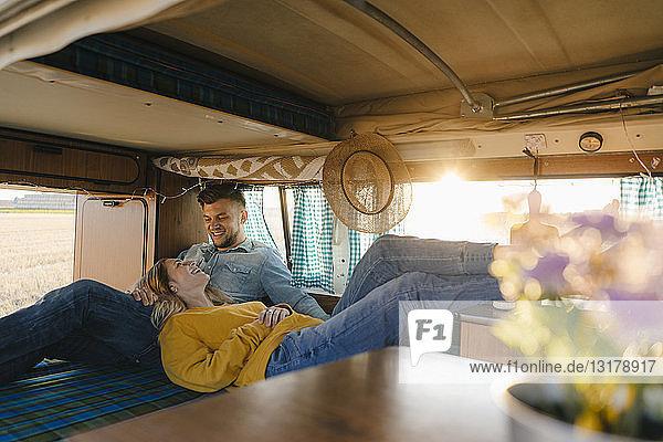 Glückliches junges Paar entspannt im Wohnmobil