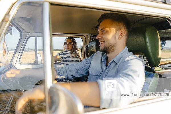 Junges Paar auf einer Reise im Wohnmobil