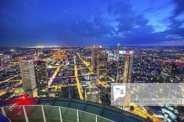 Deutschland  Hessen  Frankfurt  Blick vom Maintower  Stadtansicht  blaue Stunde