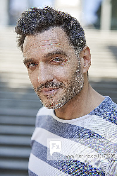Porträt eines lächelnden reifen Mannes mit Stoppeln