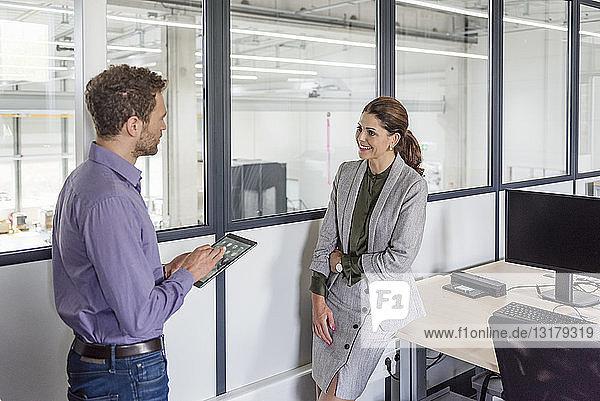 Geschäftsmann und -frau haben eine Besprechung im Firmenbüro