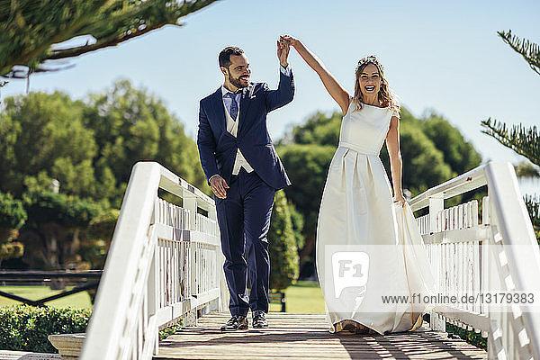 Brautpaar genießt ihren Hochzeitstag in einem Park