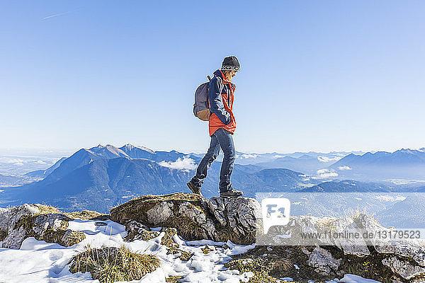 Deutschland  Garmisch-Partenkirchen  Alpspitze  Osterfelderkopf  Wanderin