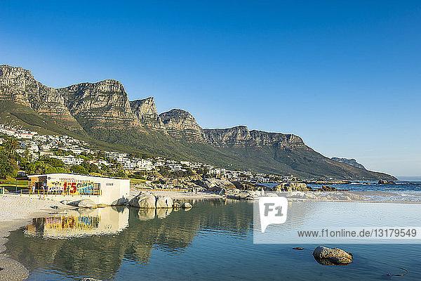 Südafrika  Camps bay mit dem Tafelberg im Hintergrund  Vorort von Kapstadt