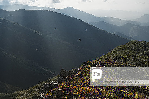 Bulgarien  Balkangebirge  nackte Frau auf dem Boden liegend