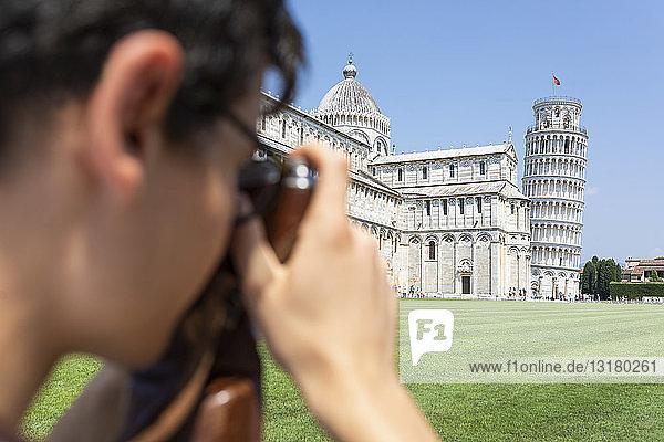 Italien  Pisa  junger Mann beim Fotografieren des Schiefen Turms
