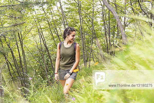 Italien  Massa  junge Frau beim Wandern in den Alpi Apuane