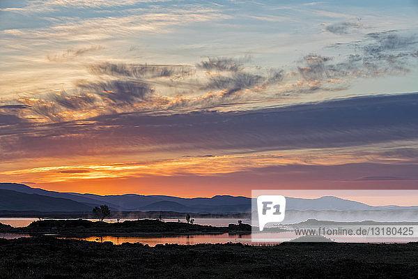 Großbritannien  Schottland  Schottische Highlands  Glencoe  Rannoch Moor  Sonnenaufgang über Loch Ba