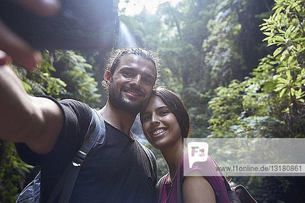 Spanien  Kanarische Inseln  La Palma  lächelndes Paar beim Selbermachen in einem Wald