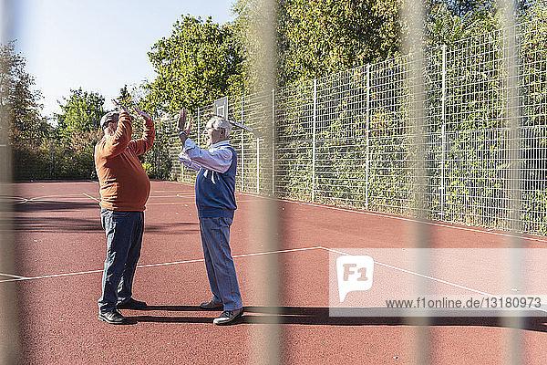 Zwei fitten Senioren auf einem Basketballfeld