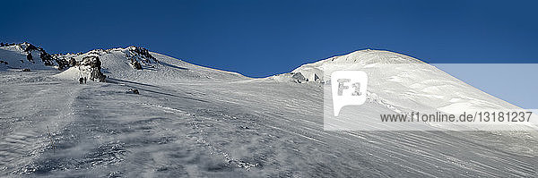 Russland  Oberes Baksan-Tal  Kaukasus  Bergsteiger beim Aufstieg auf den Elbrus