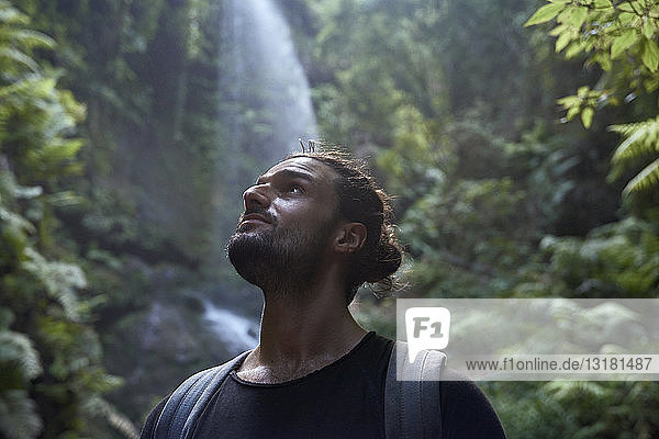 Spanien  Kanarische Inseln  La Palma  Nahaufnahme eines bärtigen Mannes in der Nähe eines Wasserfalls im Wald