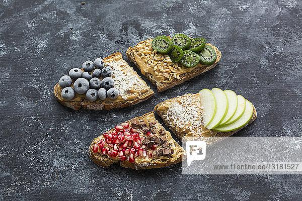 Brotscheiben mit verschiedenen Belägen