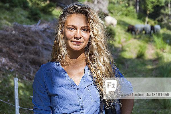 Deutschland  Bayern  Oberammergau  Porträt einer lächelnden jungen Frau auf einer Wanderung