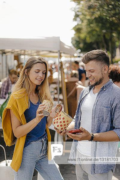 Belgien  Tongeren  junges Paar mit Blechdosen auf einem antiken Flohmarkt