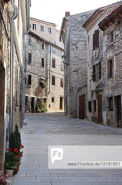 Kroatien  Istrien  Bale  Altstadt  leere Gasse