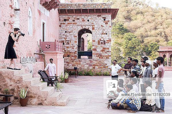 Indien  Rajasthan  Alwar  Heritage Hotel Ram Bihari Palace  weibliche Angestellte in der Touristenfotografie