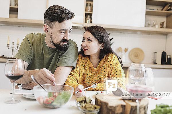 Verliebtes Paar beim gemeinsamen Mittagessen zu Hause