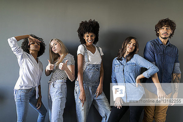 Gruppenporträt von Freunden  die an einer Wand stehen und posieren