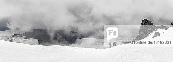 Russland  Oberes Baksan-Tal  Kaukasus  Bergsteiger  die den Elbrus besteigen