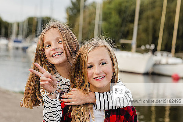 Porträt von zwei glücklichen Mädchen