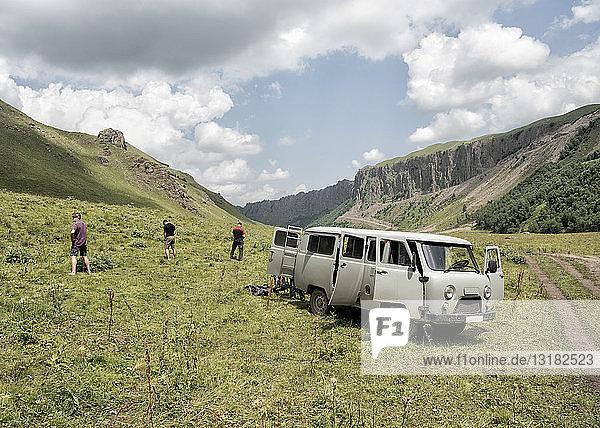 Russland  Oberes Baksan-Tal  Touristen machen eine Toilettenpause