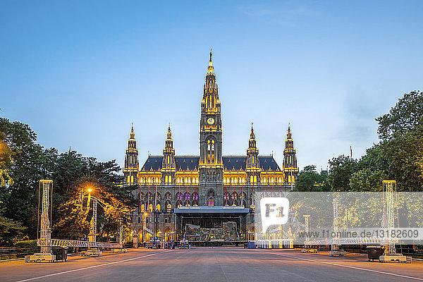 Österreich  Wien  Rathaus  blaue Stunde